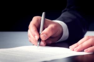 Die Abtretung muss in einem Vertrag zwischen altem und neuen Gläubiger festgehalten werden.