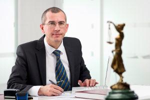 Ein Rechtsanwalt sorgt dafür, dass der Antrag zum Insolvenzverfahren ordnungsgemäß gestellt wird.