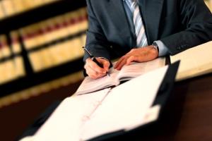 Nur ein Anwalt kann die Schuldnerberatung in der Privatinsolvenz übernehmen.