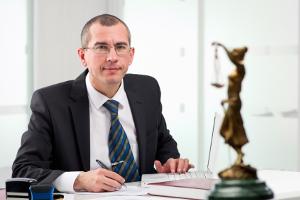 Beratung durch einen Anwalt: Für eine Schuldnerberatung werden wichtige Unterlagen zu Gläubigern, Schulden und Finanzen benötigt.