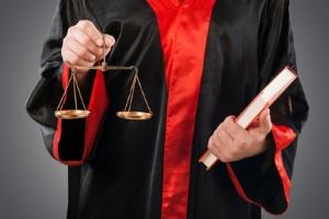 Bevor eine Eidesstattliche Versicherung gefordert wird, bekommt der Schuldner Besuch vom Gerichtsvollzieher.