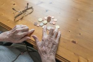 Am Existenzminimum leben häufig Menschen im Rentenalter, weil das volle Gehalt nicht mehr gegeben ist.