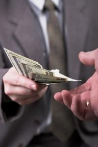 Der Gläubiger leiht dem Schuldner Geld, dessen Rückzahlung er verlangen kann.