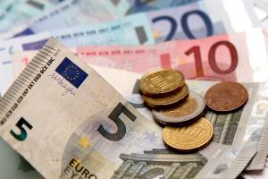 Hilfe bei der Privatinsolvenz: Manche Anbieter verlangen für ihre Arbeit eine Bezahlung.