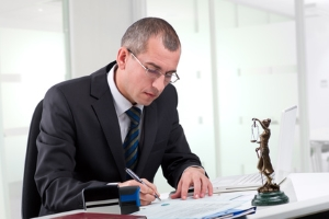 Wollen Sie eine Insolvenz beantragen, kann Ihnen dabei ein Anwalt helfen.