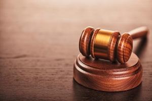 Der Gläubiger kann entweder einen Mahnbescheid beantragen und somit ein Mahnverfahren erlassen oder eine Klage erheben.