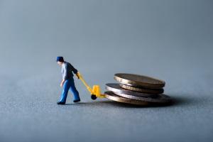 Monatliches Einkommen bei der Privatinsolvenz: Ihnen bleibt mindestens der Grundfreibetrag erhalten.