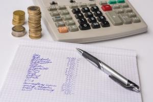 Im Internet können Sie sich den Pfändungsfreibetrag berechnen oder anhand der Tabelle ermitteln.