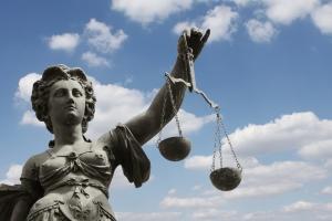 Auch Justitia will bezahlt werden: Während der Privatinsolvenz müssen Gerichtskosten bedacht werden.