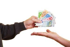 Bei der Privatinsolvenz wird pfändbares Einkommen an die Gläubiger ausgezahlt.