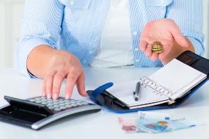 Für die Berechnung der Prozesskostenhilfe werden Freibeträge z. B. für Ehepartner oder Unterkunft vom Einkommen abgezogen.