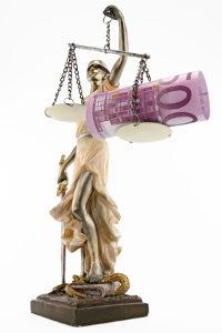Bei der Regelinsolvenz fallen Kosten für das Verfahren und ggf. für einen Anwalt an.