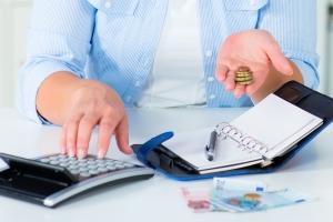 Versuchen Sie Ihre Ausgaben zu reduzieren, um Schulden abbauen und sparen zu können.