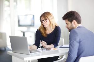 Bei Steuerschulden beim Finanzamt sollten Sie das Gespräch mit den Mitarbeitern suchen.