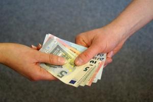 Bei der Taschenpfändung kann u.a. Bargeld gepfändet werden, dass der Schuldner bei sich trägt.