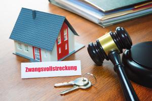 Gläubiger können mit einem Titel eine Zwangsvollstreckung veranlassen, um ihre Schulden einzutreiben zu lassen.