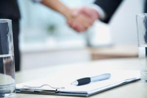 Zahlungsziel ändern: Schreiben Sie dem Vertragspartner oder kontaktieren Sie anderweitig und verhandeln Sie das Zahlungsziel neu.
