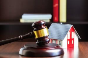 Zwangsvollstreckung: Die Immobilien werden versteigert. Der Erlös dient der Befriedigung der Gläubigerforderungen.
